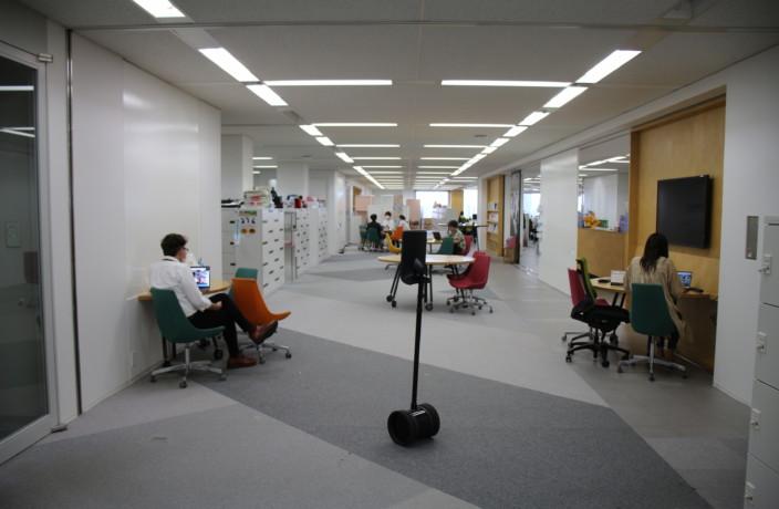 ロボットがオフィスを案内! 採用活動をすべてオンライン化